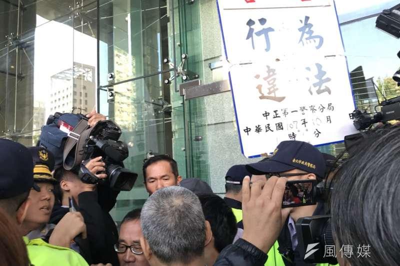 台灣鐵路產業工會(台鐵產工)等多個交通工會團體29日上午於交通部外抗議,交通部僅派副處長出面接受陳情,工會團體不滿,衝撞交通部大喊「部長出來面對」。(謝孟穎攝)
