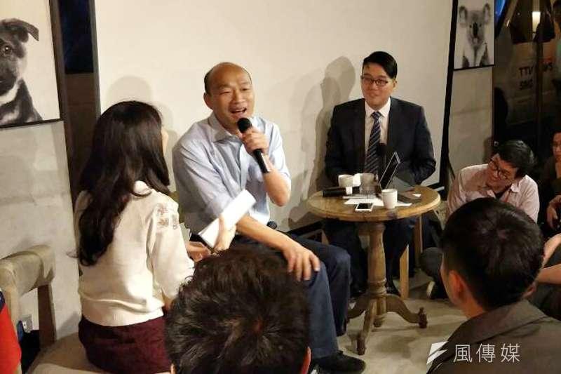 國民黨高雄市長候選人韓國瑜(中)認為,自己比較像金庸筆下的令狐沖,「愛喝酒、愛交朋友」。(周怡孜攝)