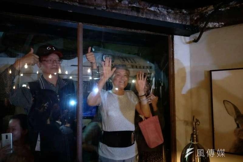 20181030_國民黨高雄市長候選人韓國瑜(中)今晚北漂到台北信義區,在酒吧舉辦「北漂青年見面座談會」,場外民眾圍觀守候。(周怡孜攝)