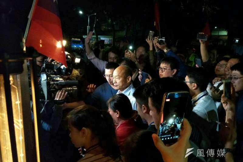 國民黨高雄市長候選人韓國瑜「北漂」到台北信義區,舉辦「北漂青年見面座談會」,場外吸引300多人圍觀守候,擠爆巷弄。(周怡孜攝)