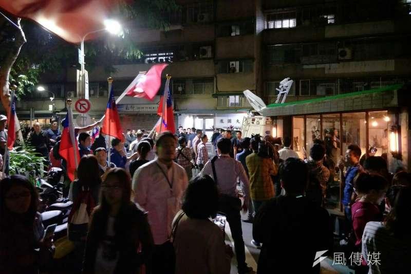 20181030_國民黨高雄市長候選人韓國瑜(中)今晚北漂到台北信義區,在酒吧舉辦「北漂青年見面座談會」,場外吸引300多人圍觀守候,擠爆巷弄,還有電視台SNG車。(周怡孜攝)