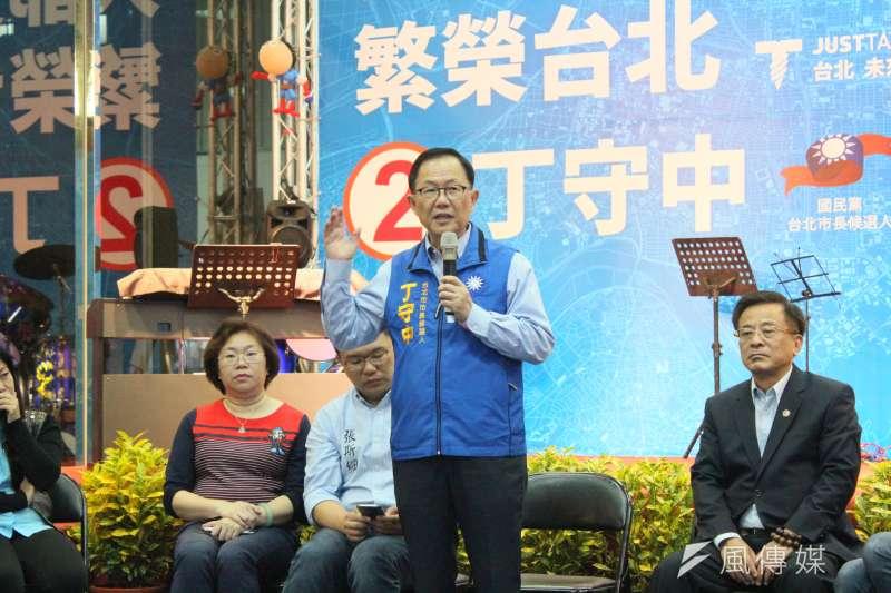 國民黨台北市長候選人丁守中(右二)晚間在競選總部,與40位台北市家長談性平教育議題。(周怡孜攝)