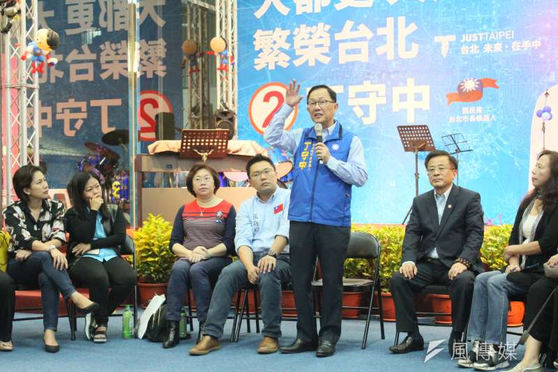 20181031_國民黨台北市長候選人丁守中(右三)晚間在競選總部,與40位台北市家長談性平教育議題。(周怡孜攝)