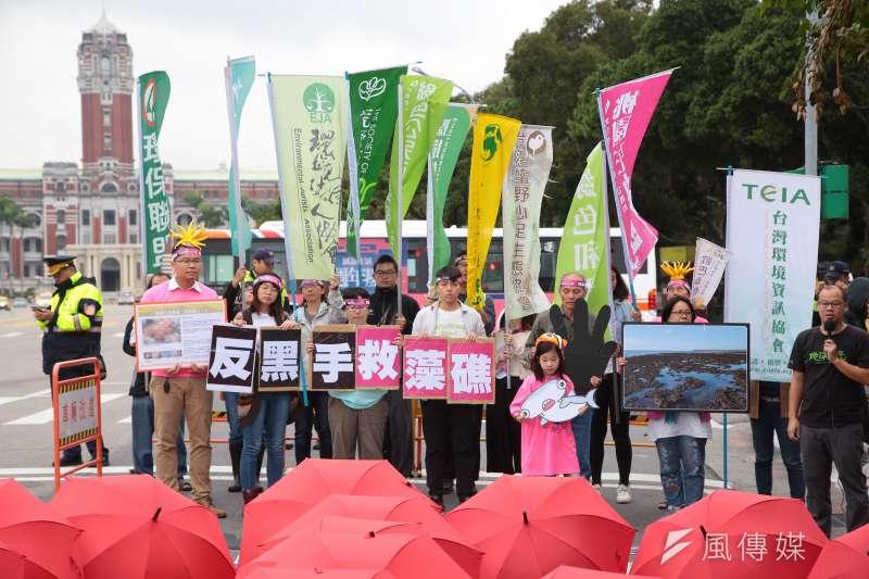 搶救大潭藻礁行動聯盟召集人潘忠政與台灣健康空氣行動聯盟等多個環團31日一同召開1103「健康永續,藻礁永存」反空污大遊行活動預告記者會。(顏麟宇攝)