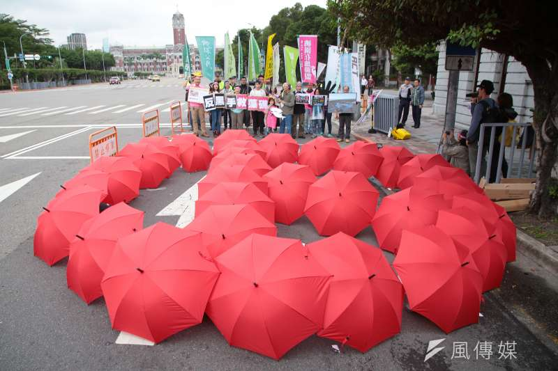 環團舉行「健康永續,藻礁永存」反空污大遊行記者會,用紅氣球排出選舉標誌,象徵用選票制衡無視環境永續的政黨和候選人。(顏麟宇攝)