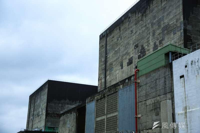 核一廠除役將分四階段:依序為8年過渡期、12年拆廠、拆除完畢後進行3年最終狀態偵測、最後2年廠址復原。圖為核一廠2號作業機(右)和1號作業機(左)。(資料照,簡必丞攝)