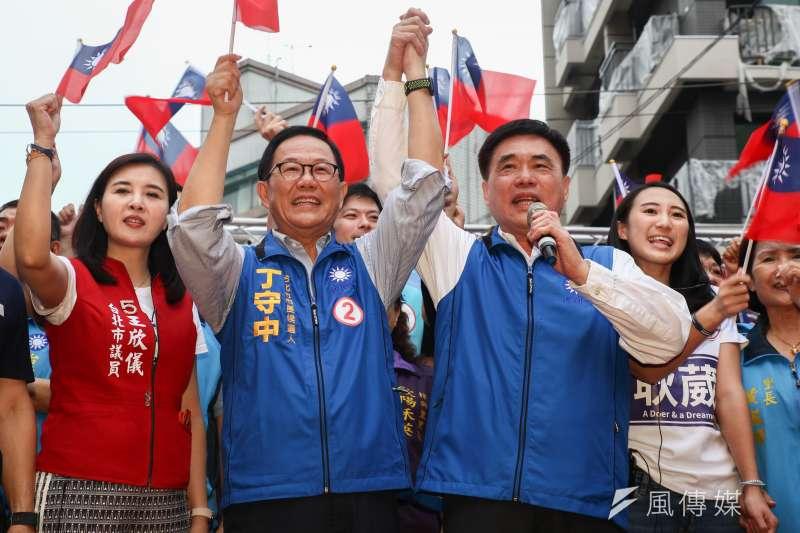 國民黨副主席郝龍斌(前排右)在台北市長候選人丁守中(前排左)的造勢活動上錯喊「擊潰丁守中」,引來現場一陣大笑。(蔡親傑攝)
