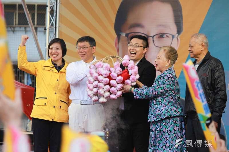 民國黨台北市議員徐世勳3日在公園舉辦競選總部成立大會,台北市長柯文哲與柯爸柯媽、不少市府局處首長都到場支持。(方炳超攝)
