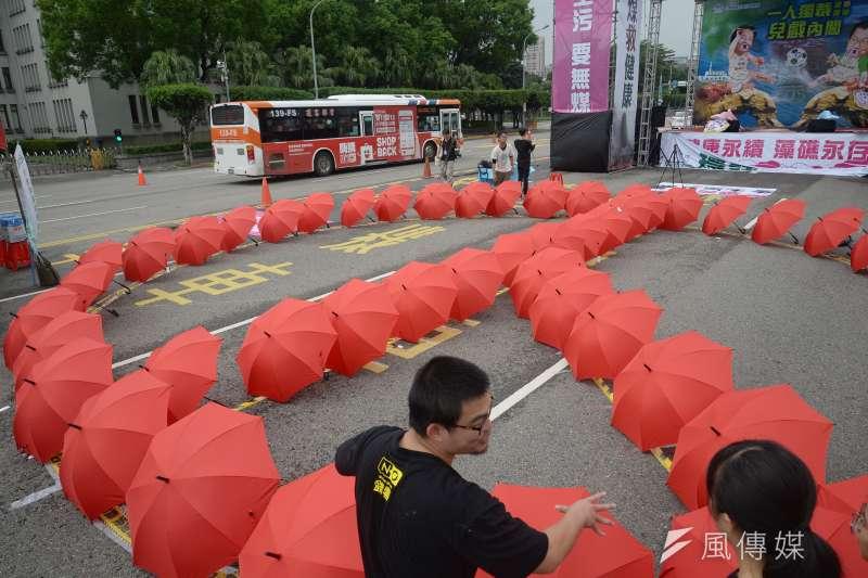 20181103-反空污大遊行行前記者會,工作人員以紅傘排出選票圖案。(甘岱民攝)