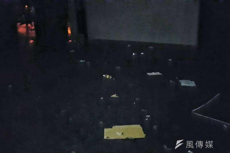 20181103-反同團體3日舉辦「兒少愛家愛國守住公投」聚會,活動結束卻被網友投訴破壞環境。圖為露天音樂台被棄置大量垃圾。(讀者提供)