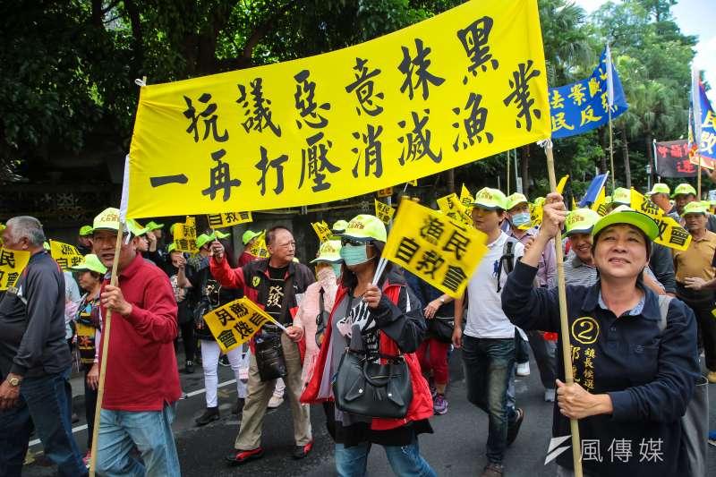 漁民自救會上千位民眾6日於農委會外集結抗議,並高舉「抗議惡意抹黑,一再打壓消滅漁業」標語。(資料照,顏麟宇攝)