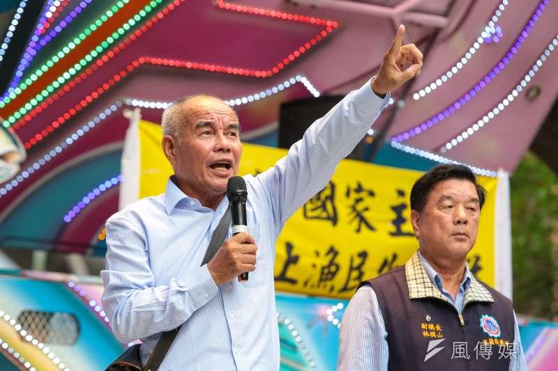 20181106-漁民自救會召集人王新展及上千位民眾6日於農委會外集結並遊行至立院表達抗議。(顏麟宇攝)