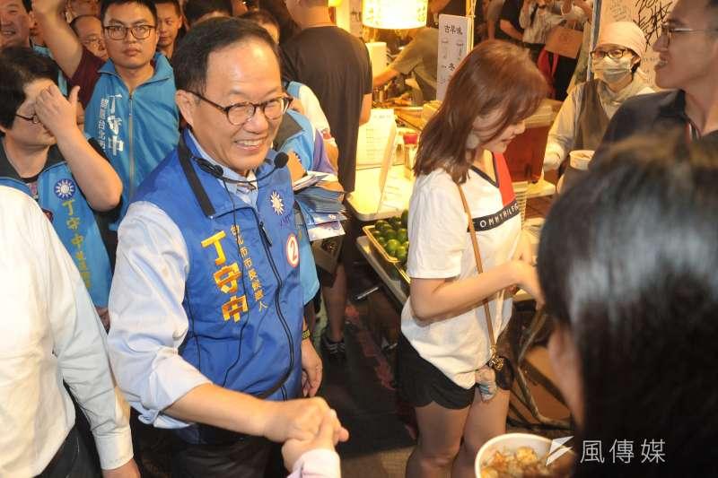 20181106-台北市長候選人丁守中至士林夜市掃街拜票。(甘岱民攝)