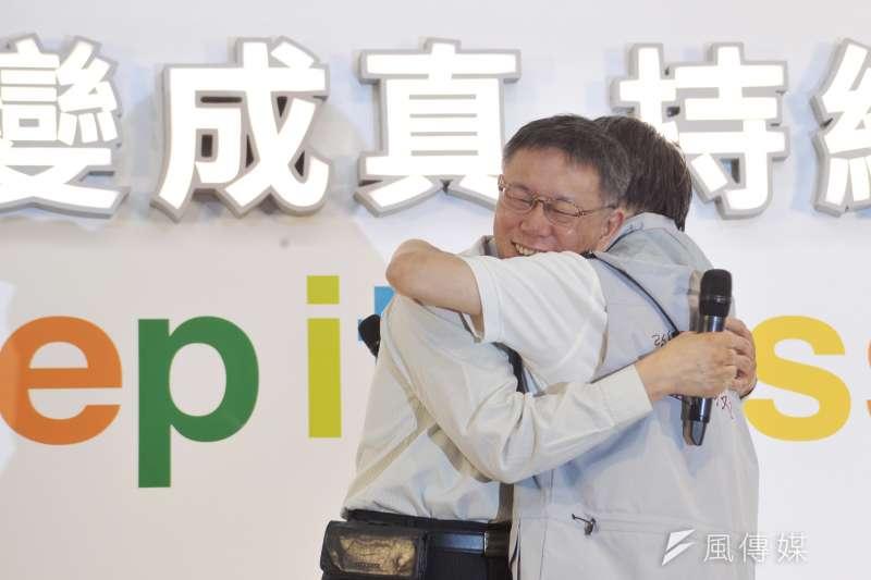 台北市長柯文哲與競選總幹事小野擁抱。(甘岱民攝)