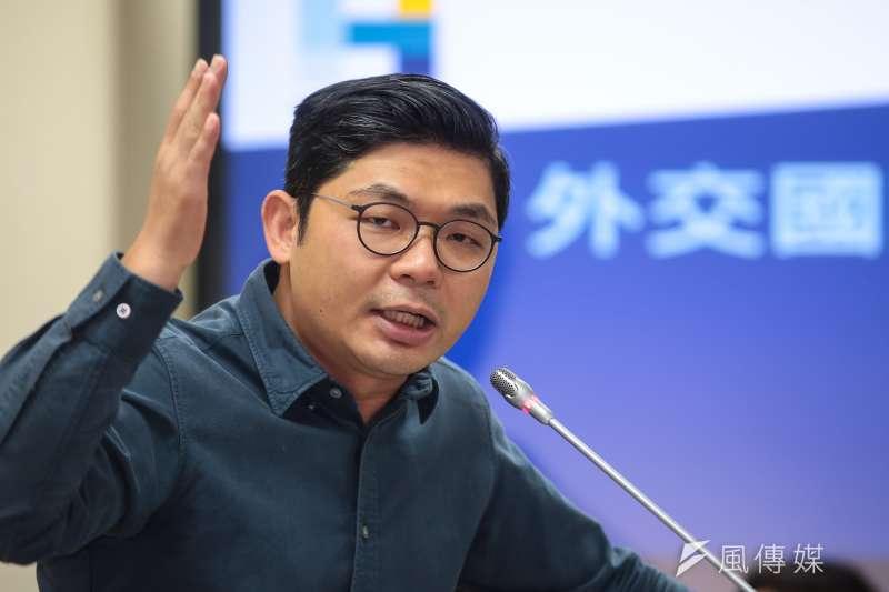 20181107-國民黨立委許毓仁7日於外交國防委員會質詢。(顏麟宇攝)