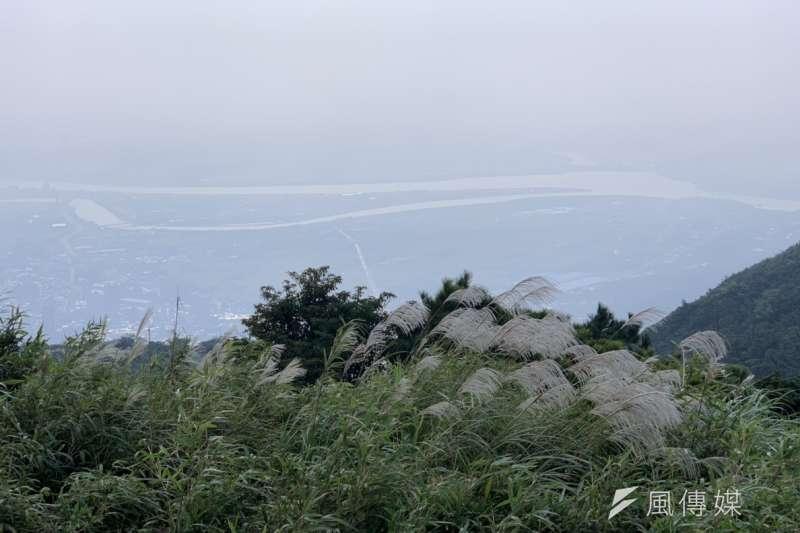 遠方的河流是被霧氣還是空污、霧霾擋住?未來台灣空污是否會持續惡化?(呂紹煒攝)