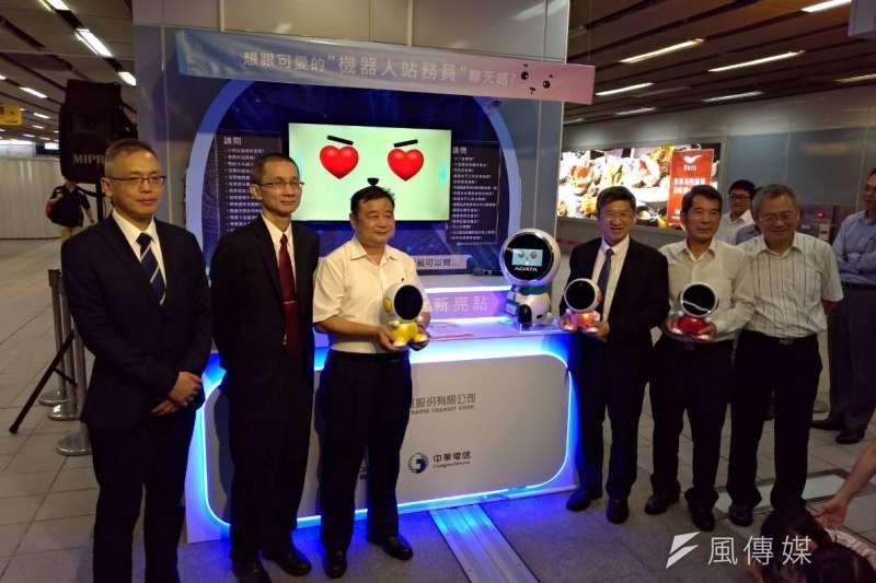 高捷公司打造AI智能車站計畫,攜手與中華電信公司、威剛科技公司合作推出站務智能機器人「高捷萌啵啵」駐站服務。(圖/徐炳文攝)