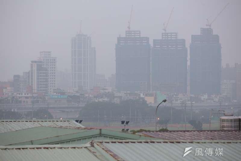 受到偏東風影響,連續2天空氣品質惡化,雙北8日一早明顯感受出空氣品質不良。(顏麟宇攝)