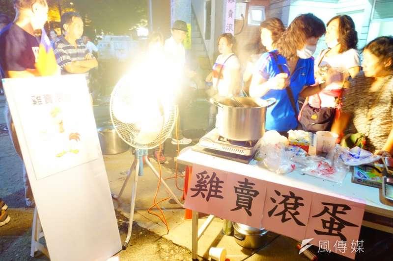 韓國瑜在美濃區高美醫專舉辦大旗山造勢晚會。小吃攤賣熱食貼出「雞賣滾蛋」,似乎諷刺韓的對手陳其邁。(羅暐智攝)