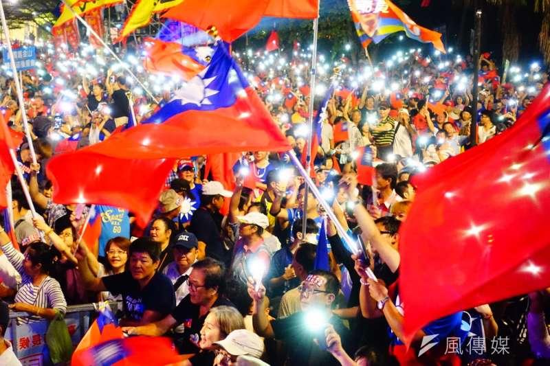 國民黨高雄市長候選人韓國瑜第二場大造勢今晚在美濃區高美醫專登場,擠入超過3萬名支持者,現場一片國旗海。(羅暐智攝)