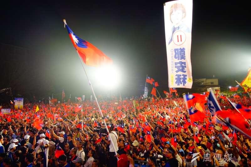 20181108_3萬人+國旗海。國民黨高雄市長候選人韓國瑜第二場大造勢今晚在美濃區高美醫專登場,擠入超過3萬名支持者。(羅暐智攝)