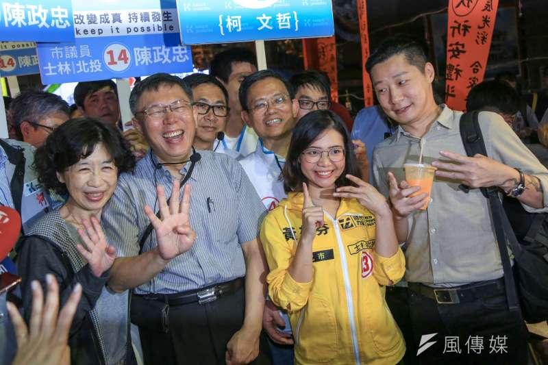 台北市長柯文哲今(8)日至士林夜市掃街,並巧遇時代力量林昶佐。(簡必丞攝)