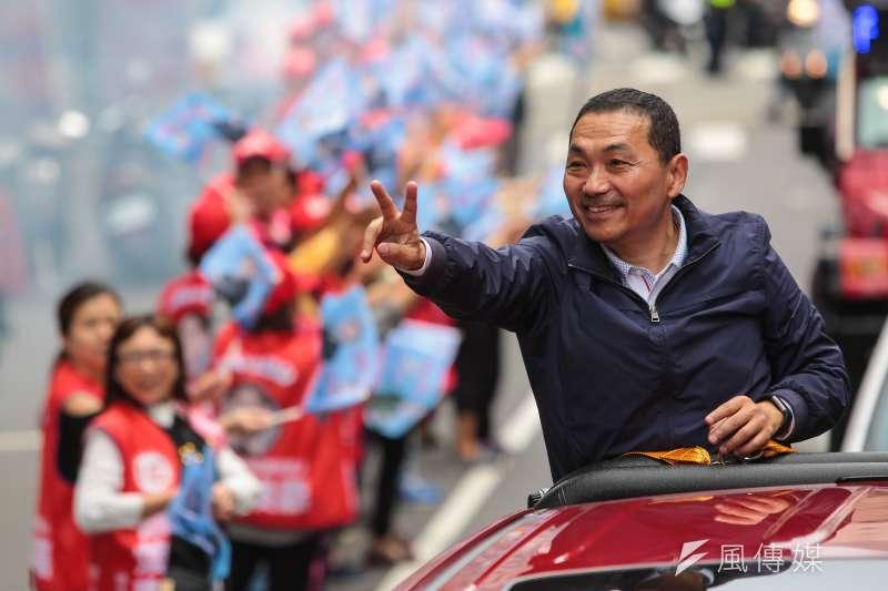 國民黨新北市長候選人侯友宜9日於板橋進行車隊掃街,沿途高舉二號勝利手勢。(顏麟宇攝)