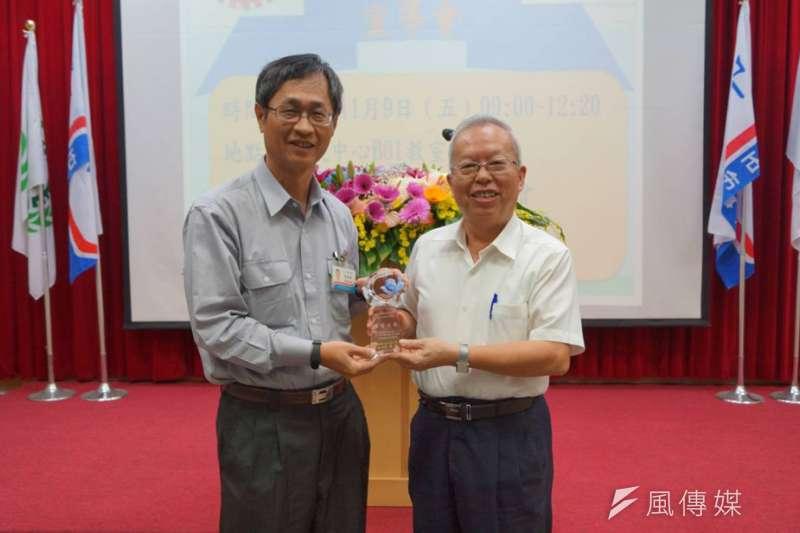 為感謝石化事業部協助辦理觀摩會,李煥熏(圖右)親自授獎予石化事業部。(圖/徐炳文攝)