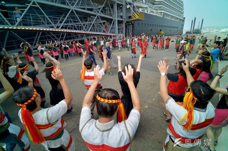 高雄港務公司為慶祝「築港110週年」,並歡迎荷美集團旗下「威士特丹號」郵輪,特舉辦藝術高港系列活動。(圖/徐炳文攝)