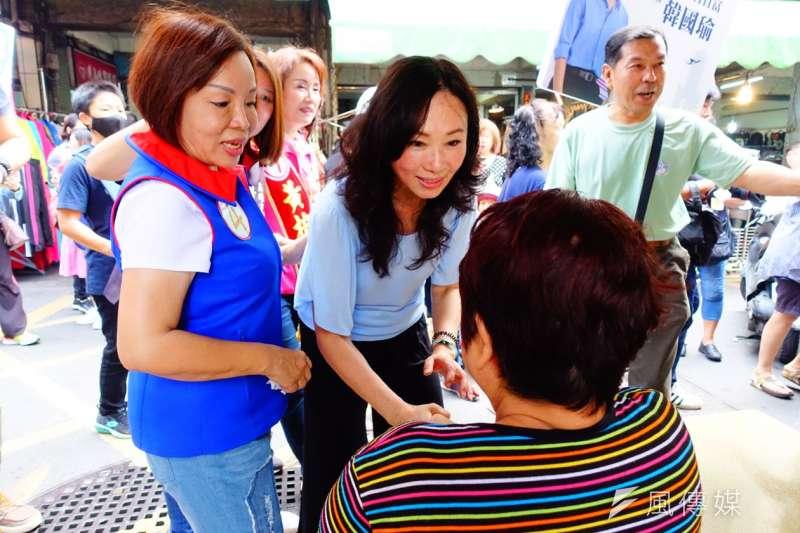 高雄市長韓國瑜夫人李佳芬(中)傳出「干政」疑雲,對此台南市議員謝龍介昨(7)於節目中表示,民進黨開始醜化李佳芬的形象。(資料照,羅暐智攝)