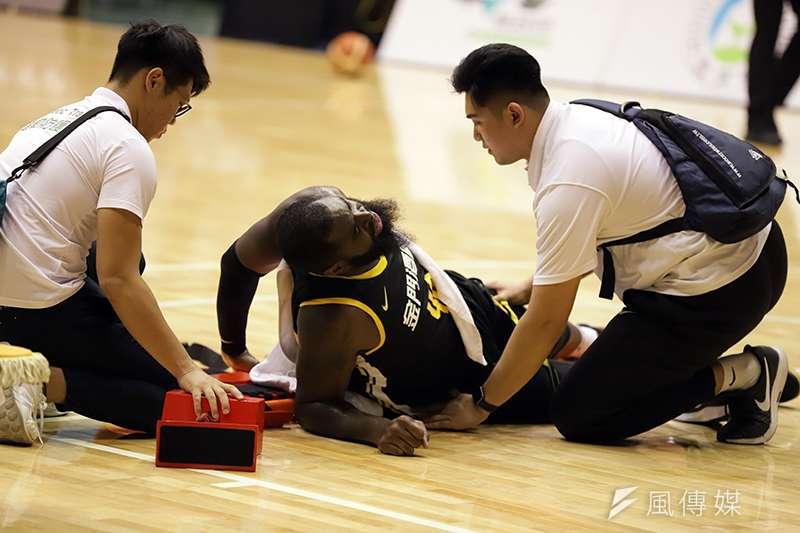 金門酒廠籃球隊在季前熱身賽第一場比賽就傷了小洋將杰倫,趕緊找來金州勇士明星前鋒杜蘭特大學隊友詹姆斯來台測試。(余柏翰攝)