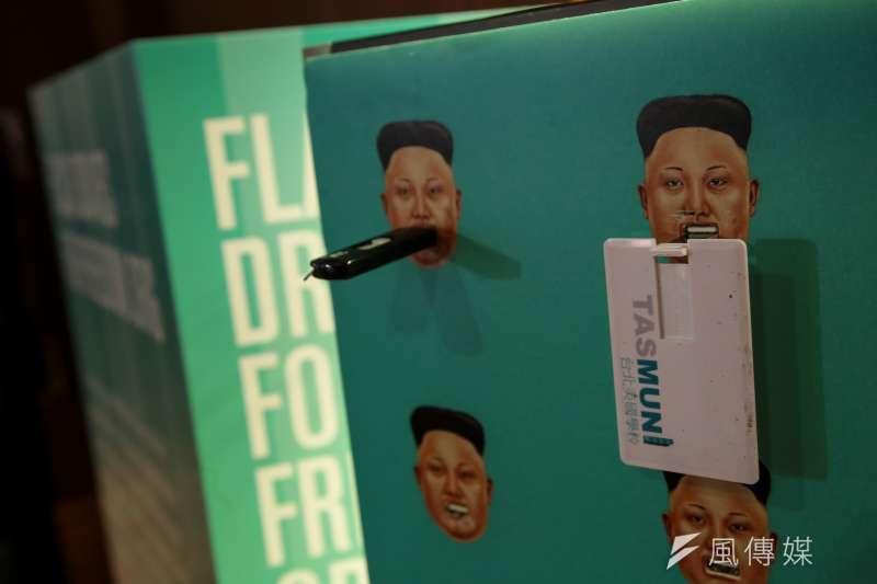 20181110-奧斯陸論壇,池成鎬(Ji Seong─Ho),以北韓領導人金正恩做樣式的隨身碟捐贈設備。(顏麟宇攝)