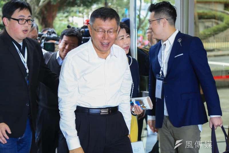 台北市長電視辯論會今(10)日登場,針對國民黨丁守中質疑歧視、物化女性一事,台北市長柯文哲表示,其實只要看他跟媽媽、太太互動的情況,就知道他很尊重女性。(簡必丞攝)