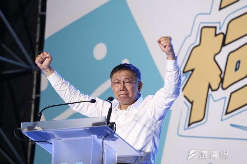 競選連任的台北市長柯文哲,10日下午起在主場、北市府外舉辦「#teamKP挺柯P」活動,下午4點起的活動,人潮逐漸湧入,截至晚間6點半,主辦單位表示已破萬人參與。(陳品佑攝)