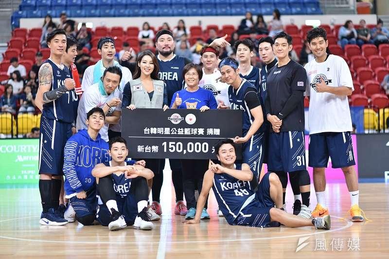 台韓明星公益籃球賽在一片歡笑聲中落幕,雙方在比賽中展現出的運動家風度,也讓比賽不在紙是勝負之爭。 (王永志攝)