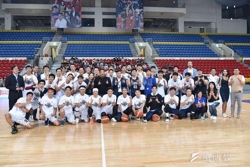 台韓明星公益籃球賽,主辦單位、所有球員與賽前表演人員合影。(王永志攝)