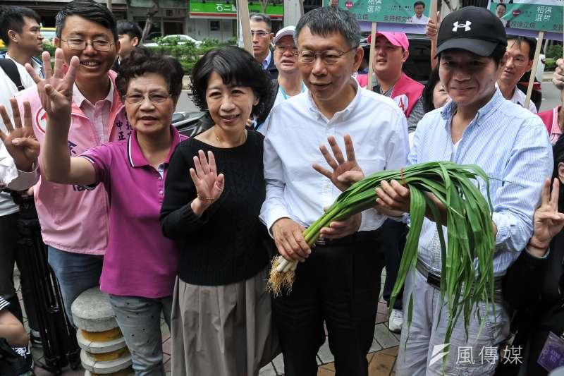 選戰倒數,台北市長柯文哲13日到東門市場掃街,夫人陳佩琪陪同助選,和攤商熱情互動,陳珮琪則表示她一定會請假出來幫柯文哲輔選。(甘岱民攝)