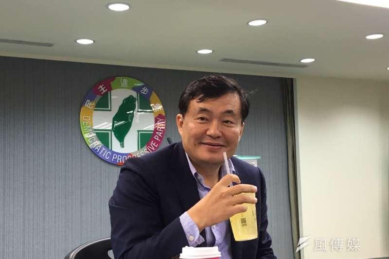 民進黨秘書長洪耀福13日與媒體茶敘,指出「假新聞」將衝擊年底民進黨選戰。(周思宇攝)