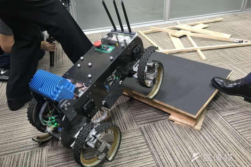 20181113_科技部「未來科技展」展前記者會,台大團隊展示移動基礎載台,為「多地形上輪腳複合移動載台」技術。(廖羿雯攝)