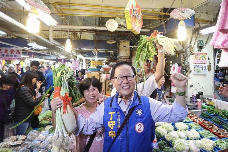 20181113-丁守中北投市場拜訪掃街,現場商家送上象徵「當選」和「好采頭」的蒜與菜頭。(陳品佑攝)