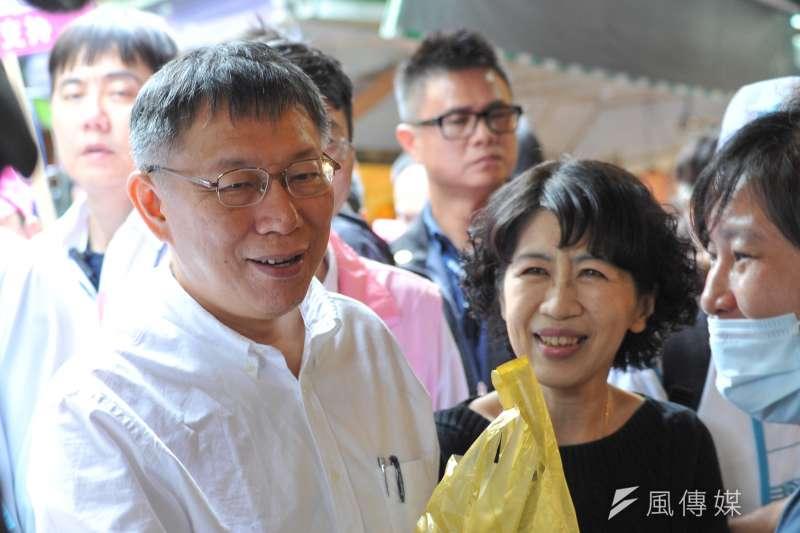 台北市長柯文哲的夫人陳佩琪13日在臉書發文,稱讚柯文哲在辯論會中的表現「在過程中已經贏了」。圖為柯文哲與陳佩琪13日前往東三水等3個傳統市場掃街拜票。(甘岱民攝)