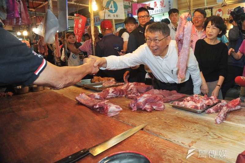 20181113-台北市長柯文哲今(13)早到東三水等3個傳統市場掃街拜票,夫人陳佩琪也陪同和民眾互動,拉票。(甘岱民攝)