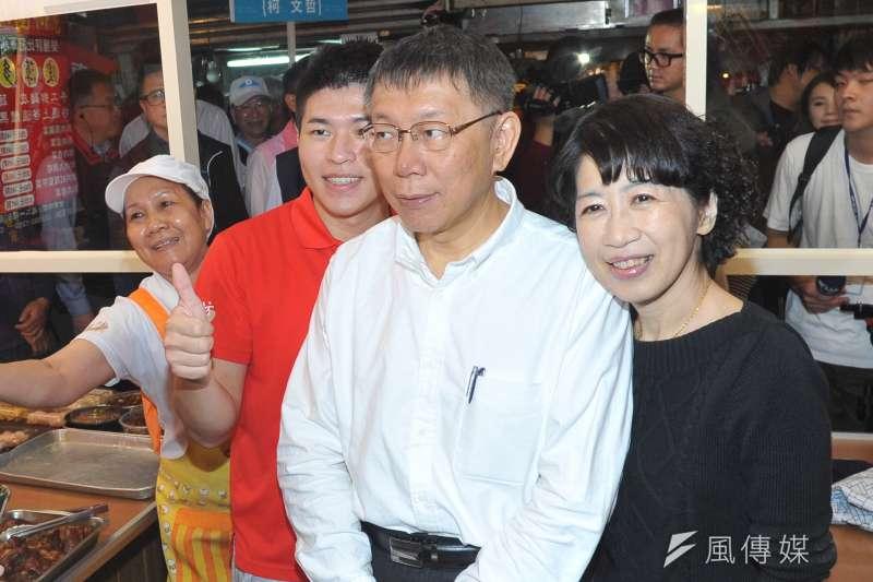 台北市長柯文哲今(13)早到東三水等3個市場掃街拜票,而夫人陳佩琪也到場幫忙拉票。(甘岱民攝)