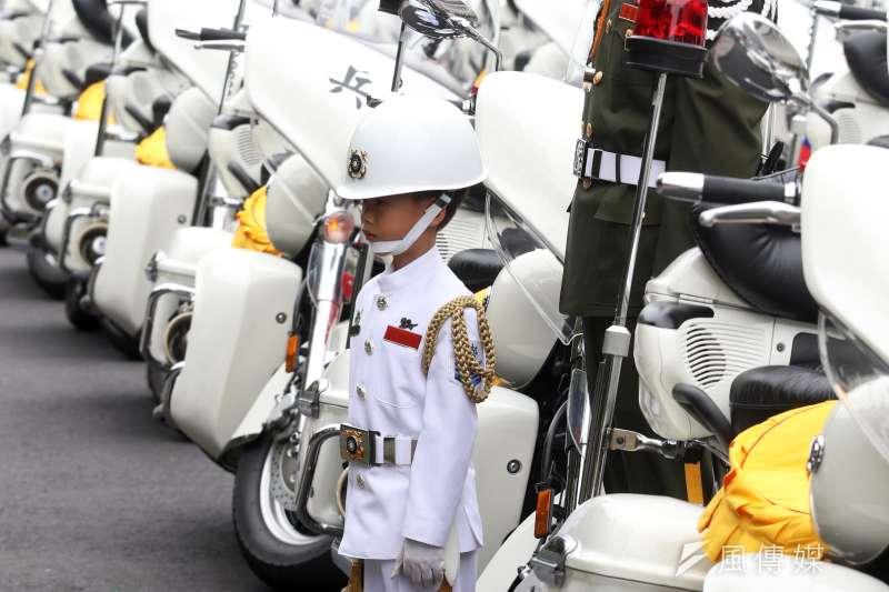 向杰恩近年常以全套且標準,但尺寸上是縮小版的儀隊禮兵造型出現在各種有三軍儀隊表演的場合。圖圍今年國慶的預演,向杰恩以海軍儀隊的造型和憲兵快反連官兵合影。(蘇仲泓攝)