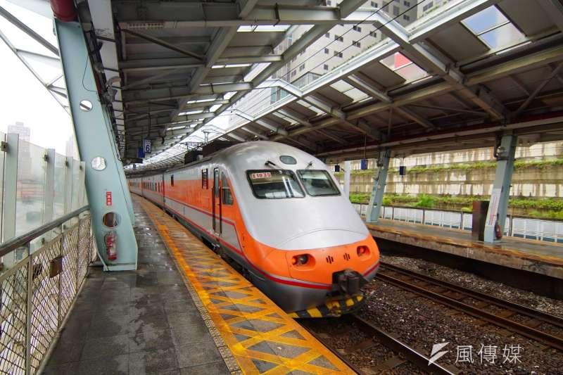 台鐵自強號列車經過汐科站月台。(盧逸峰攝)