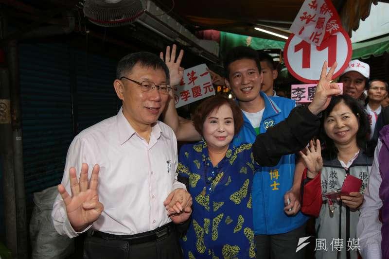 20181114-台北市長柯文哲14日至景美市場掃街拜票,並與民眾合影。(顏麟宇攝)