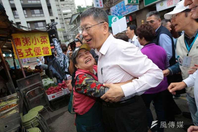 台北市長柯文哲14日至景美市場掃街拜票,攤商衝上前擁抱柯文哲。(顏麟宇攝)