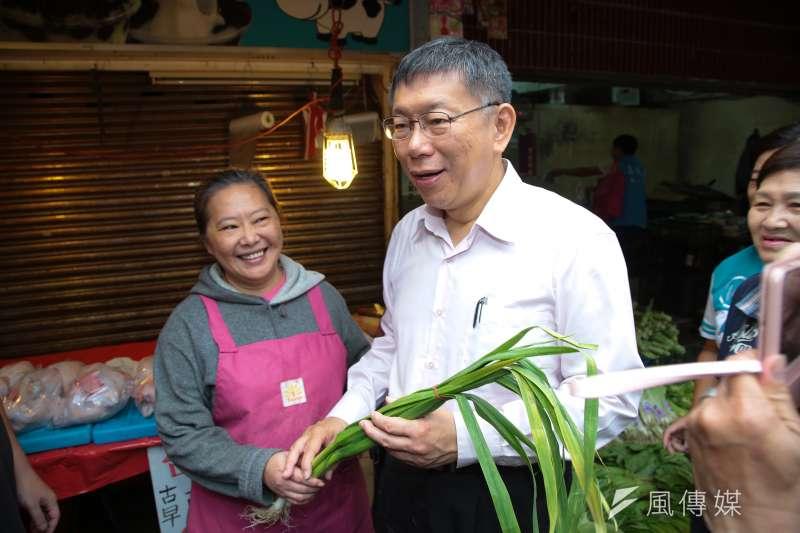 20181114-台北市長柯文哲14日至景美市場掃街拜票,民眾送上大蒜祝高票凍蒜。(顏麟宇攝)