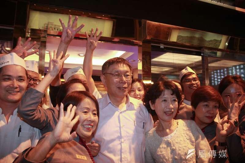 台北市長選舉進入倒數計時肉搏戰,現任市長柯文哲14日晚間再度前往萬華區的夜市掃街。(方炳超攝)