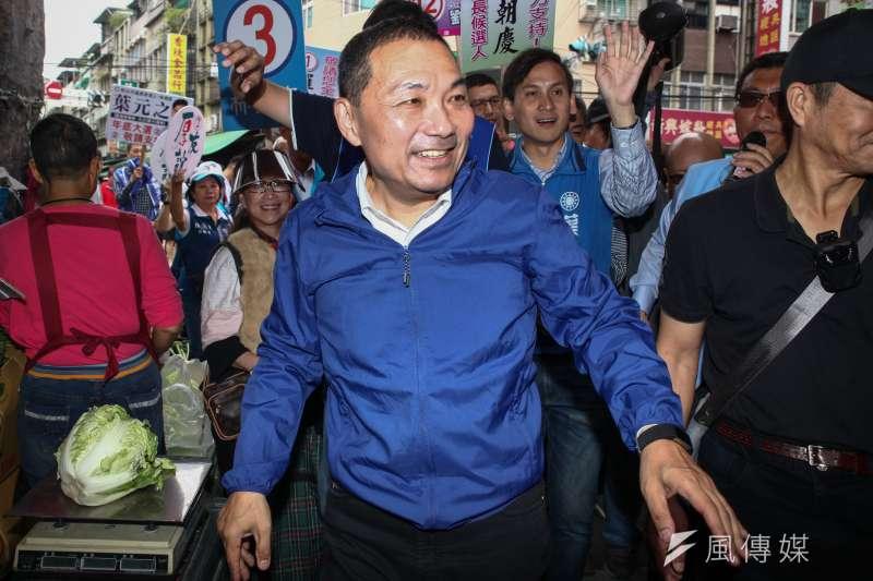總統府發言人林鶴明21日在臉書貼出當年謝長廷穿西裝、侯友宜穿防彈背心的照片,指出真正手無寸鐵、解決人質危機的是謝長廷,不是侯友宜。圖為侯友宜掃街現場。(資料照,蔡親傑攝)